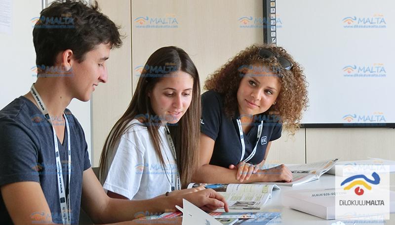Malta Dil Okulu sınıfta öğrenciler